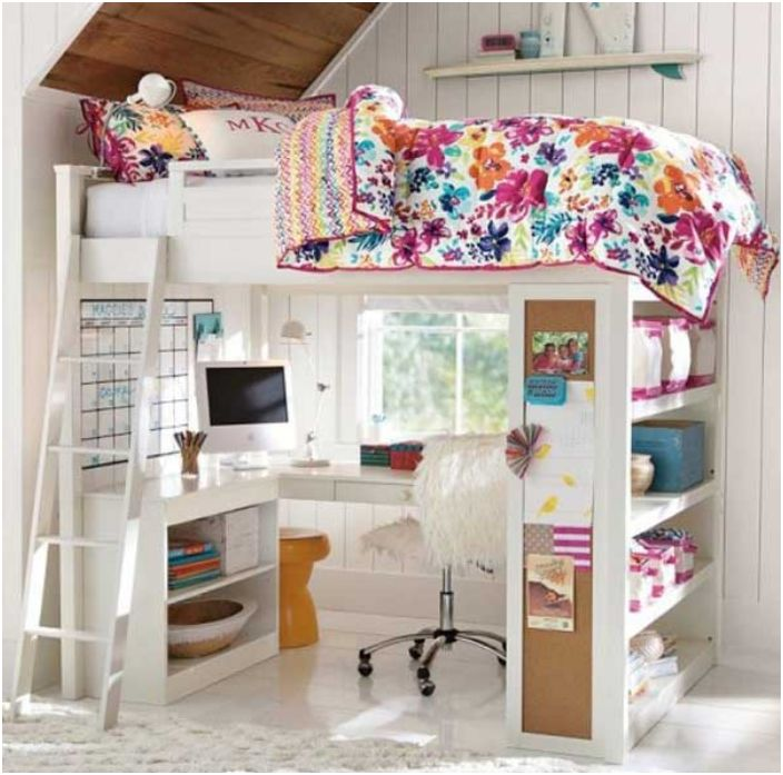 Леглото е на горното ниво, а отдолу - работна маса и рафт.