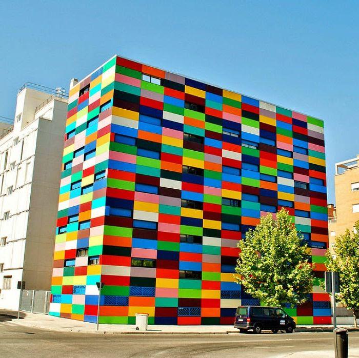 Цветна къща, разположена в Карабанчел.