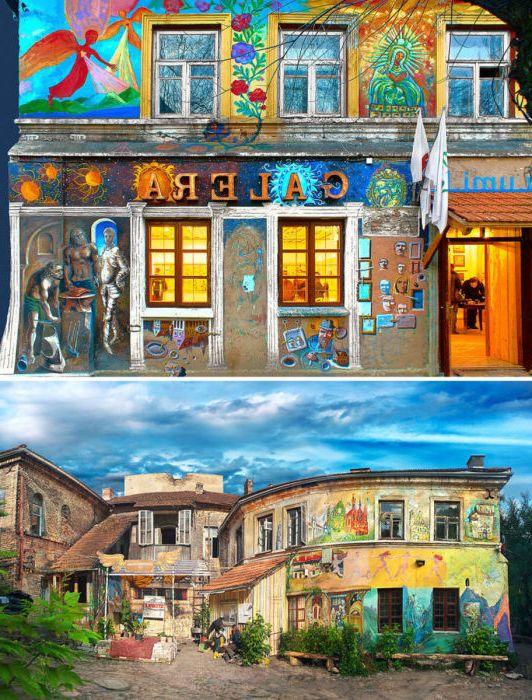 Тази цветна сграда е галерията на Art Inkubator Užupis.