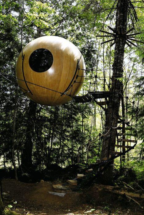 Сферични къщи на Свободен дух, окачени сред дърветата върху здрави въжета.