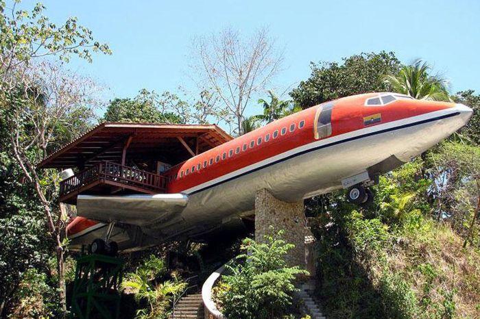 Грандиозна дървена къща, направена от истински самолет.