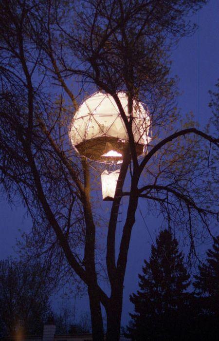 Къща от американската строителна компания O2 Treehouse, която изглежда като балон, който предстои да излети.
