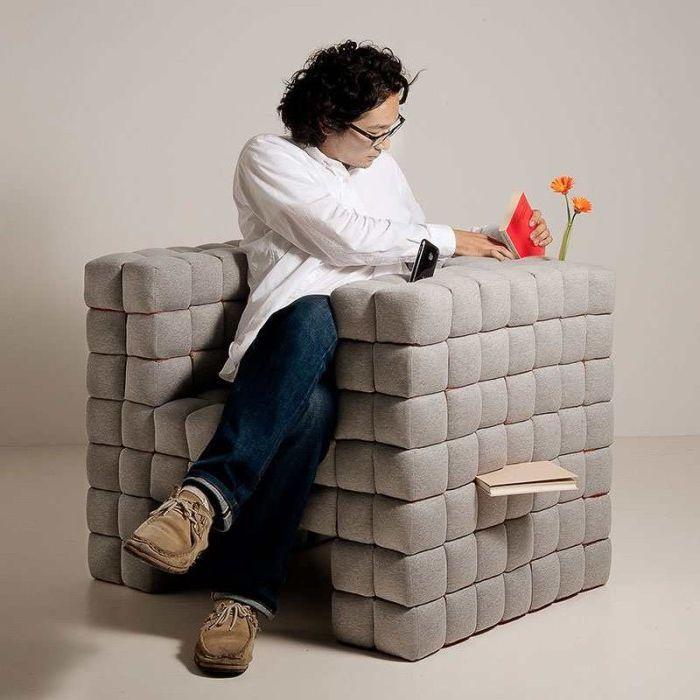 Меко кресло, което ще ви позволи да държите всички необходими предмети под ръка.