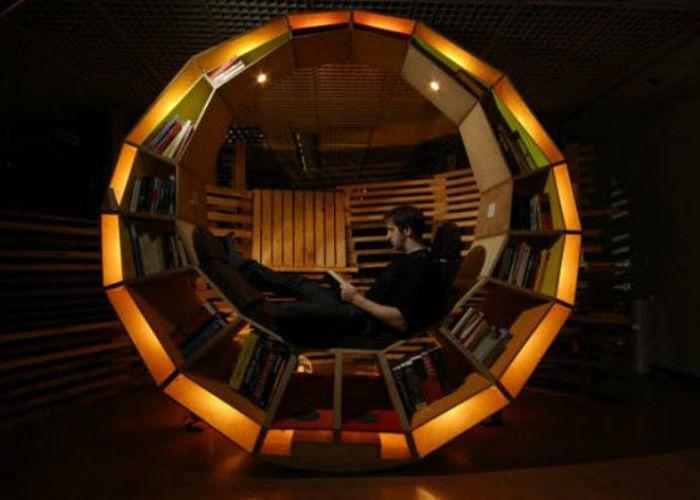 Изключителен кръгъл осветен рафт за книги с площ за четене.
