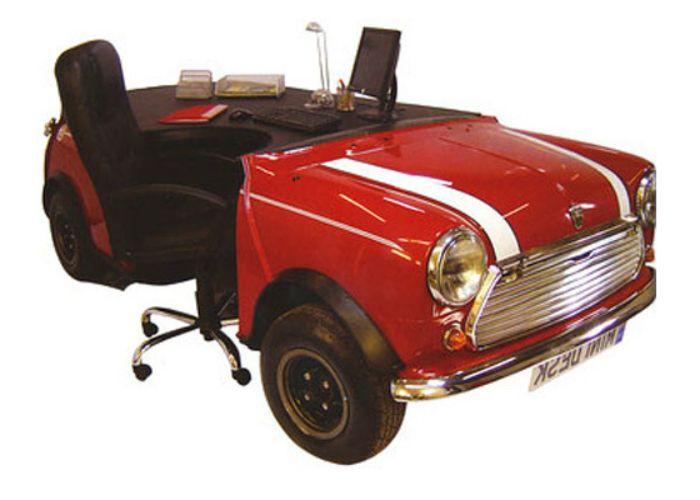 Работно място, стилизирано като състезателен автомобил.