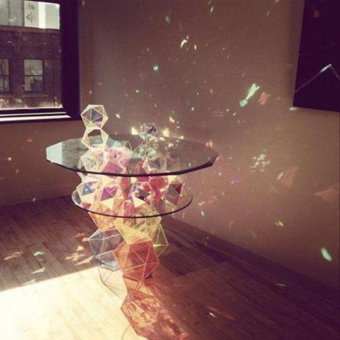 Холна маса, изработена от много кристали, които създават вълшебни акценти.