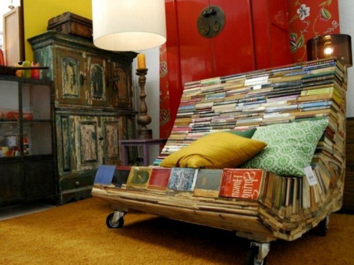 Удобно кресло, направено от стари книги, е идеалното решение за библиотека.