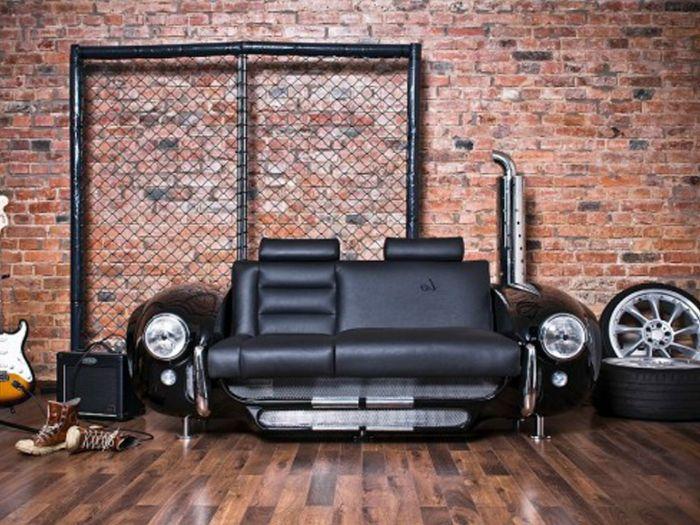 Стилен кожен диван, предназначен за автомобил.