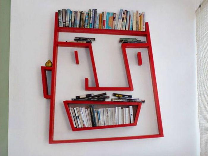 Полица за книги, наподобяваща човешко лице.
