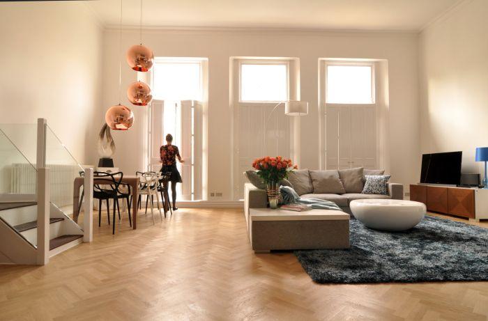 Простите щори със светъл цвят освежават и визуално увеличават стаята.