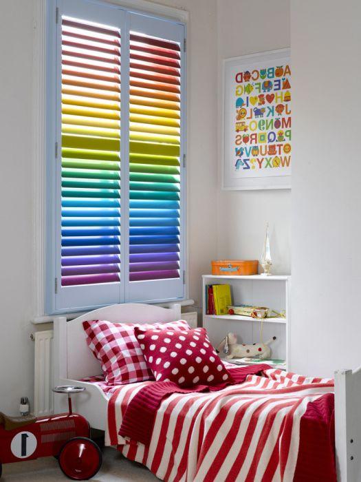 Възхитителен дизайн на детска стая с дъгови щори.