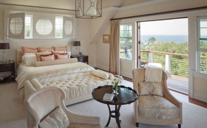 Малките прозорци с капаци са оригинален начин за озаряване и озаряване на стая.