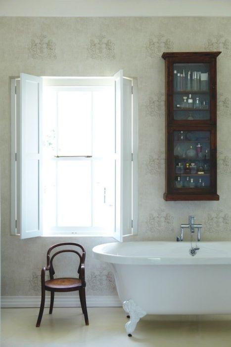 Щорите на прозорците добавят свежо и ободряващо усещане към интериора на банята.
