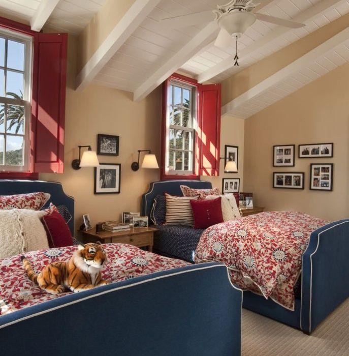 Червените капаци перфектно допълват интериора на стаята.