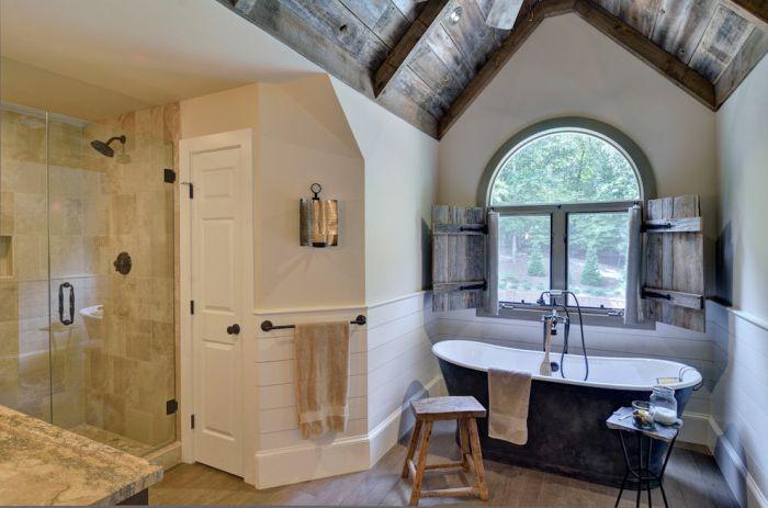 Необработените щори за дърво може да не звучат като добра идея, но изглеждат очарователно в банята по този начин.