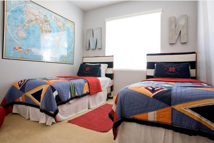 Детская комната для мальчика, выполненная в эклектичном стиле и декорированная огромными инициалами и картой.