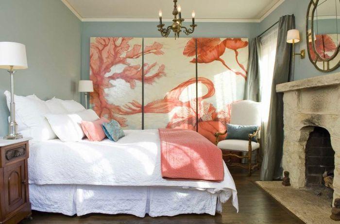Прекрасная спальня для девочки, украшенная огромной картиной в нежном коралловом цвете.
