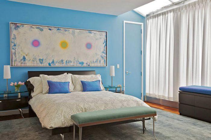 Уютная спальня, декорированная прекрасной абстракцией в бело-синих оттенках.