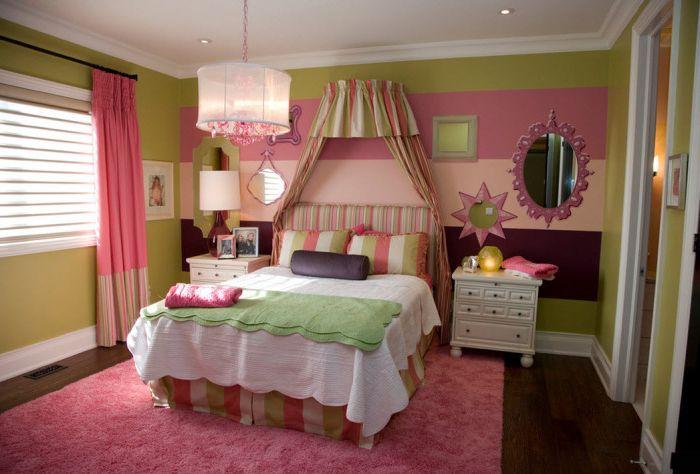 Невероятно девчачья спальня с кроватью с балдахином и яркими стенами.