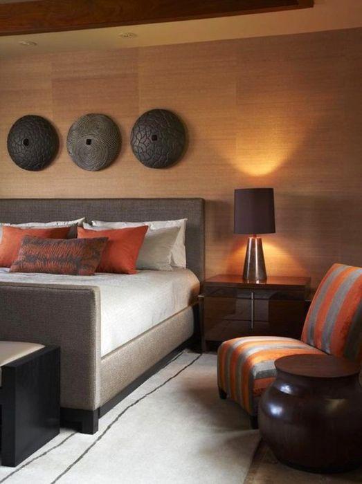 Потрясающая спальня в тропическом стиле с простыми, но выразительными декорациями на стенах.