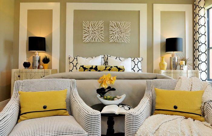 Современная спальня, украшенная простыми, но выразительными картинами.