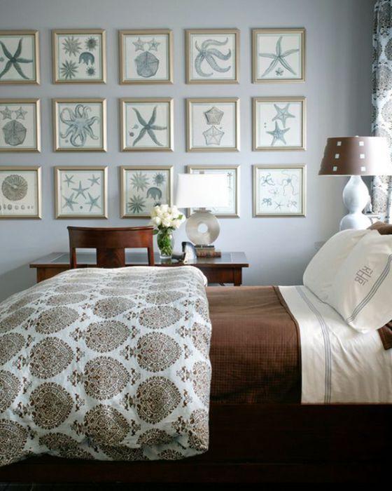 Спальня в средиземноморском стиле, стены которой покрыты тематическими картинами.