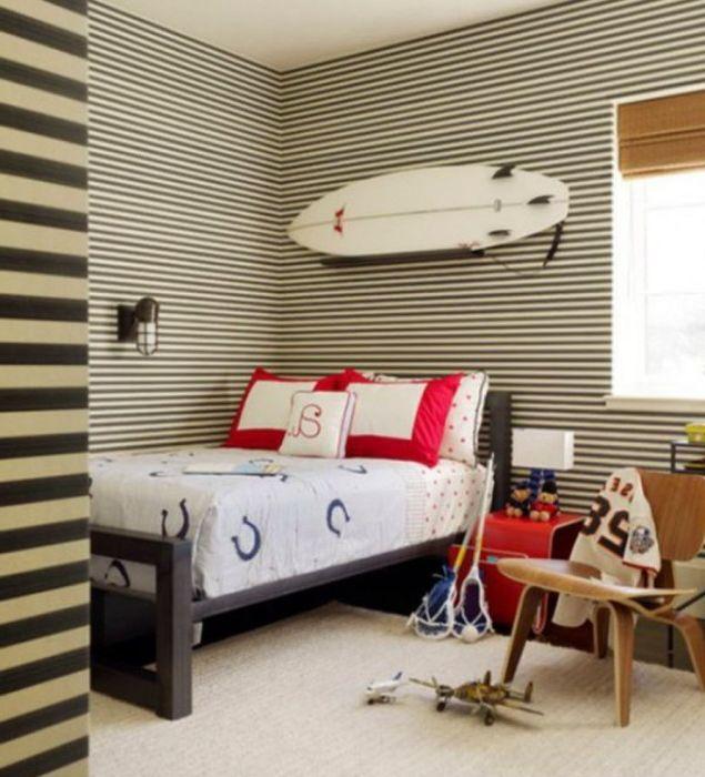 Современная детская спальня с доской для серфинга над кроватью.