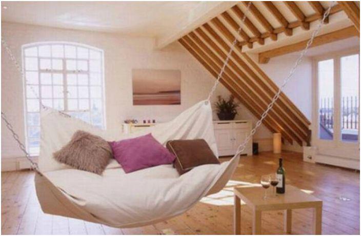 Umieść huśtawkę z tkaniny w sypialni jako alternatywne miejsce do odpoczynku.