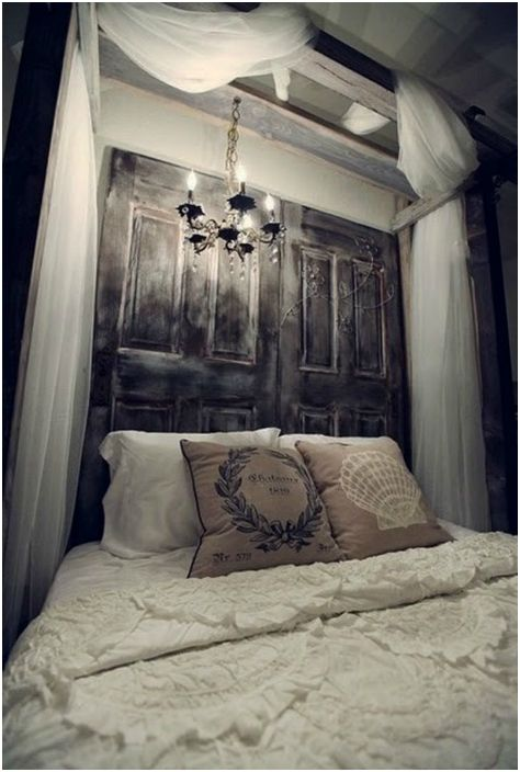 Stare drzwi w wezgłowiu łóżka, jako element wystroju.