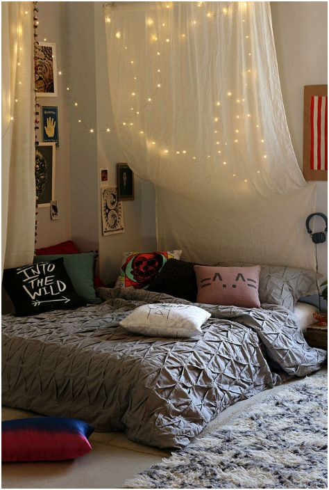 Girlandy nad łóżkiem dodadzą sypialni światła i magii.