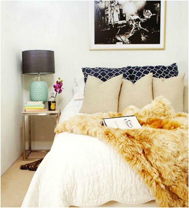 Przykryj łóżko miękkim i pięknym kocem ze sztucznego futra.