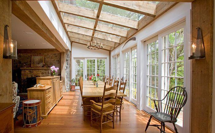 Очаровательная столовая с потолочными окнами от Worthington Custom Builder