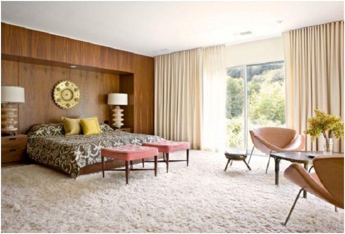 По особенному уютная спальня в бежевых тонах, с добавлением нестандартных форм в интерьере.