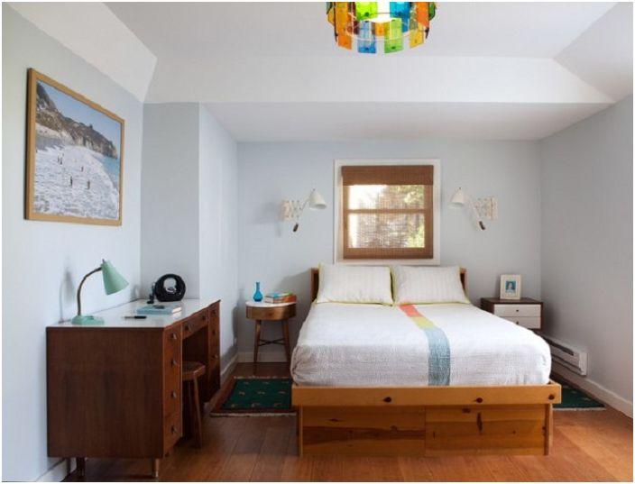 Уютная и комфортная маленькая спальня создана специально для двоих.