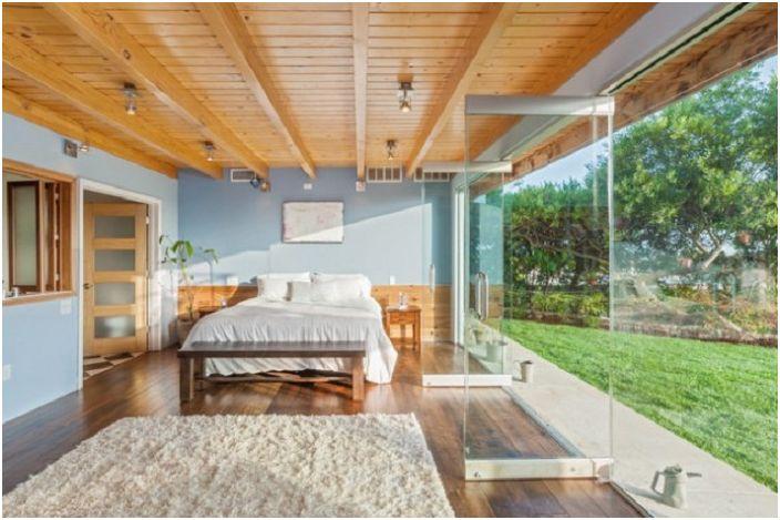Przytulne ustawienie sypialni z niesamowitym widokiem z okna.