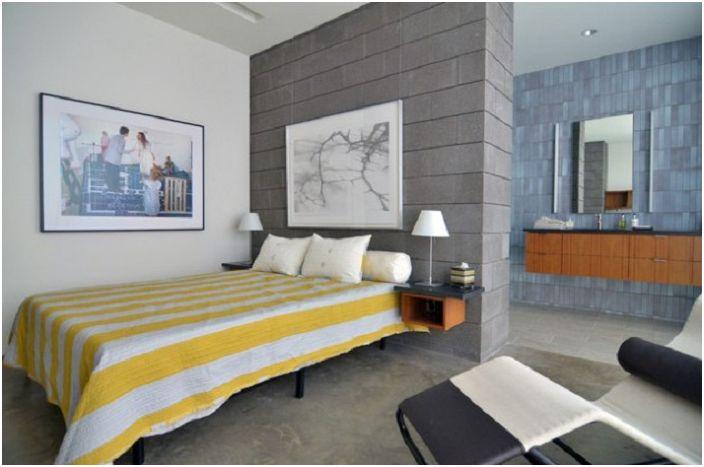 Смесь ярких и приглушенных тонов в одном месте, прекрасное сочетание для спальни в стиле Средневековый модерн.