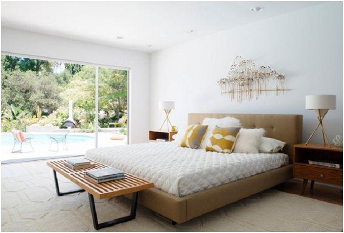 Luksusowa sypialnia w biało-brązowej tonacji, z pięknym widokiem z okna.
