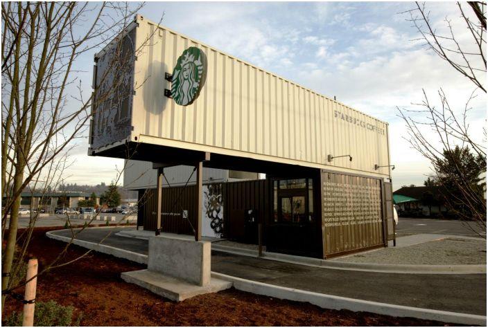 В компактном здании расположены не только кофемашины, но есть и небольшая рабочая зона для сотрудников.