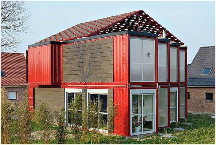 Просторната двуетажна къща е изградена от 8 контейнеровози.