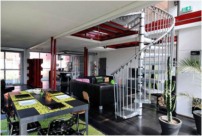 Изнутри дом выглядит стильно и современно благодаря технике и мебели в стиле hi-tech.