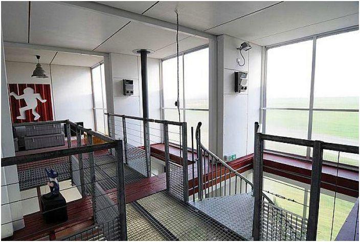 Оригинальная винтовая лестница представляет собой металлическую спираль, созданную по современному и эргономичному проекту. На втором этаже реализованы интересные решения металлических лестниц и трапов.