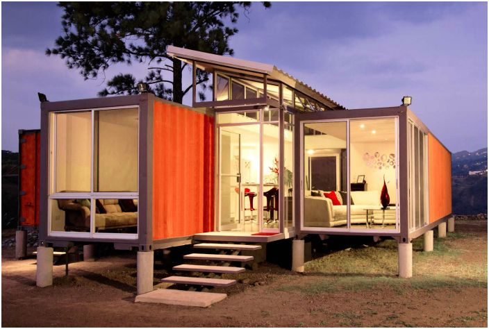 Недорогой дом площадью в 1000 квадратных футов, построенный из двух морских контейнеров.