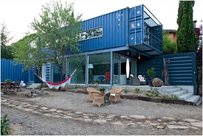 Жилой дом в провинции Авила, в Испании, построенный из 4-ех 40 футовых контейнеров.