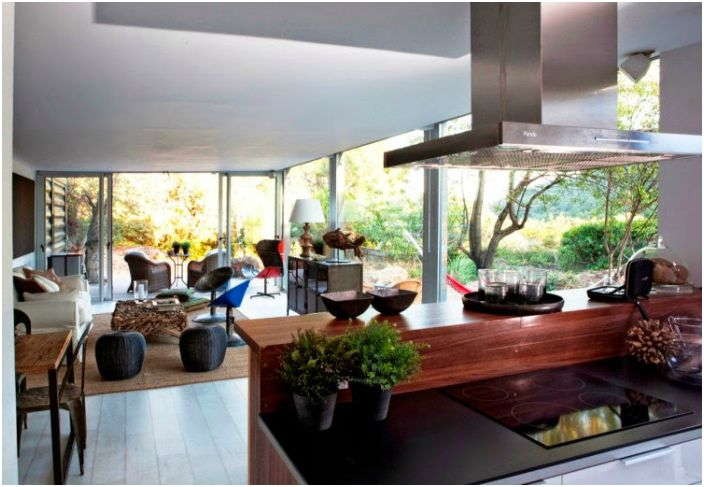 Въпреки не презентабелния си вид, отвътре къщата има отличен модерен интериор.