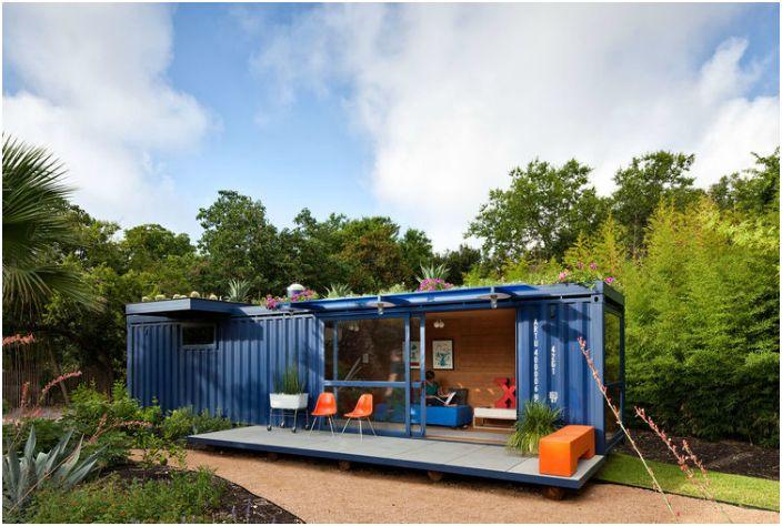 Кокетна къща за гости, направена от обикновен 40-футов контейнер.