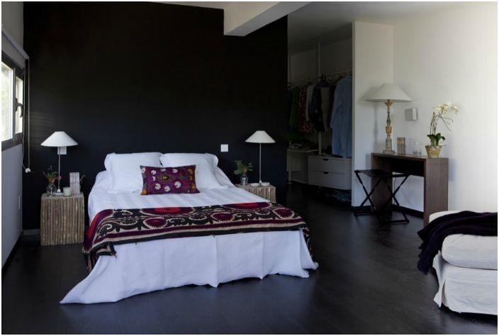 На втория етаж има спални със стилни дървени стени.