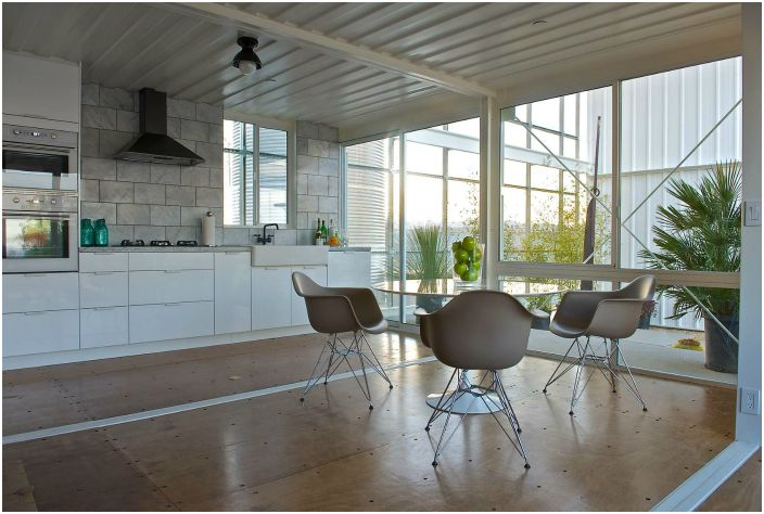 Данный проект имеет оригинальную конструкцию, в которой сочетаются помещения и открытые пространства.