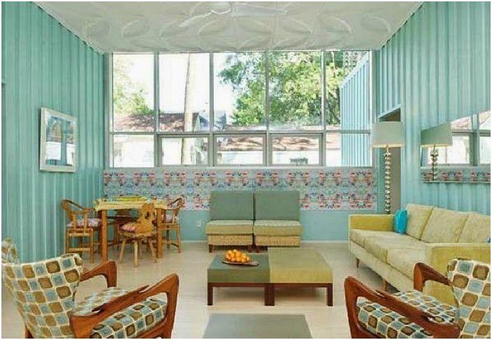 Къщата има покрив със зеленина, геотермална отоплителна система и високотехнологична топлоизолация, което прави живота максимално комфортен.