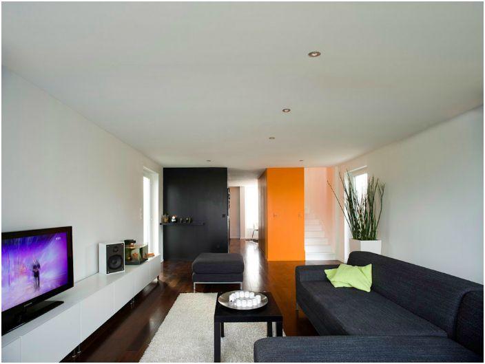 Интерьер, выполненный в ярких цветах чтобы создать впечатление большого внутреннего пространства.
