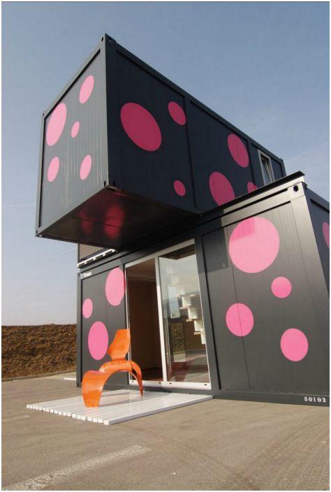 Малка двуетажна къща, състояща се от два контейнера. Предимствата на тази къща са, че има много ниска цена, в допълнение, бърза е за инсталиране и лесно преместване.